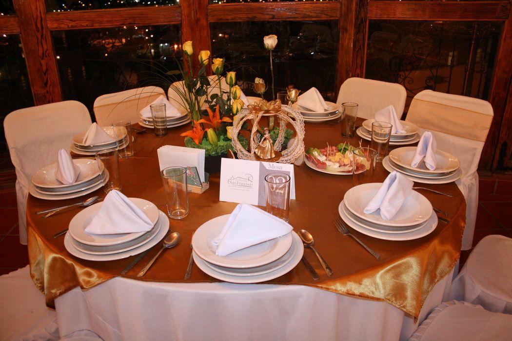 Mesa invitado dorado