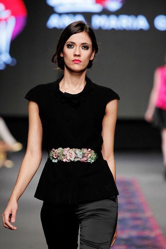 Cinturón de flores con cinta de terciopelo negro.