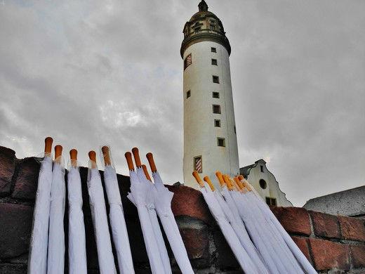 Beispiel: Weiße Schirme für Ihre Hochzeit, Foto: wedDROPS.