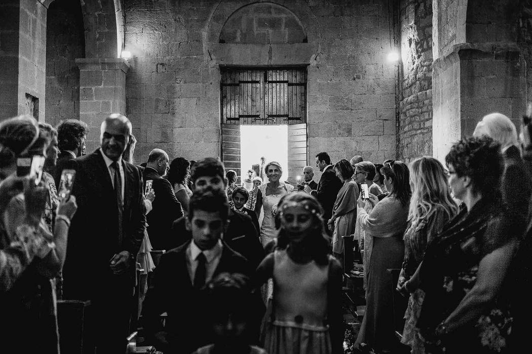 destination wedding photographer tuscany pienza angela angelaphoto angela.photo matrimonio toscana pienza pieve di corsignano ingresso chiesa sposa