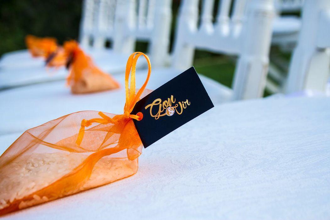 We Are. - Wedding planner. Montaje de ceremonia civil. Detalle de bolsitas de arroz personalizadas.