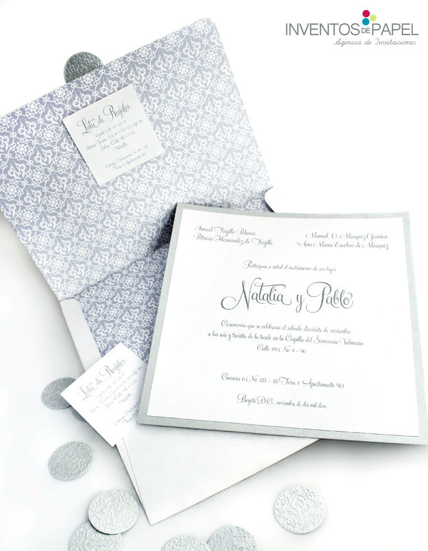 Tarjeta plateada con blanco