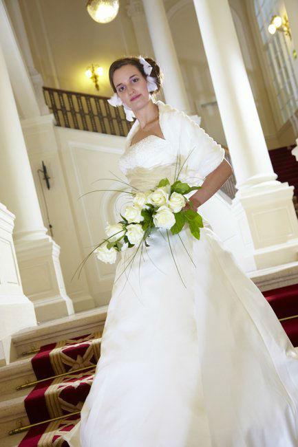 Beispiel: Brautkleid mit passendem Bolero, Foto: Lia Brautmoden.
