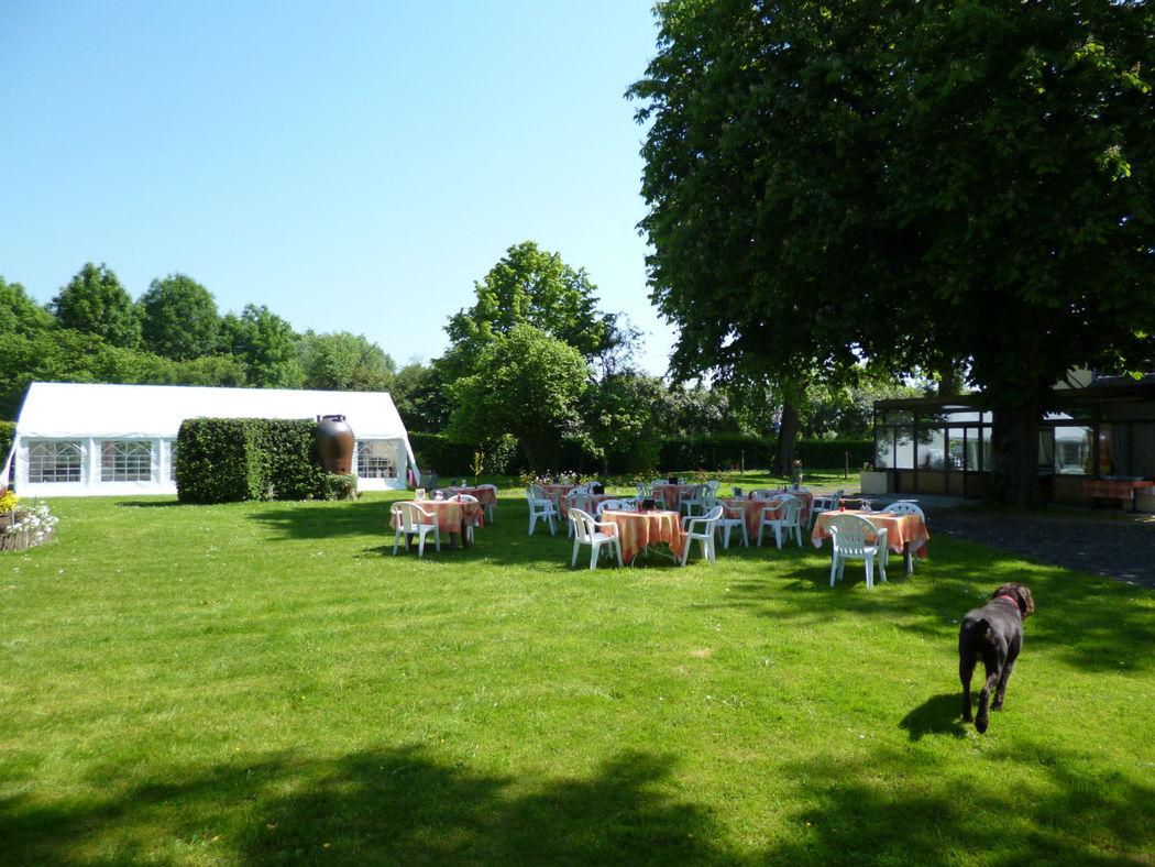 le parc en été chapiteau pour vin d'honneur puis repas dans la véranda (100 pers. environ)
