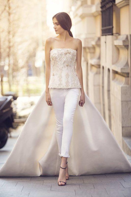 CHARLOTTE. Vestido de novia con cuerpo de pedrería y pantalón blanco y cola de razimir de mikado