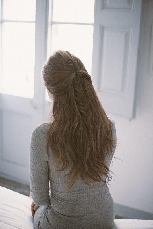 Semirrecogido con trenza de espiga.Por Ube Hairstyle @ubehairstyle Fotografía de Martina Matencio @lalovenenoso