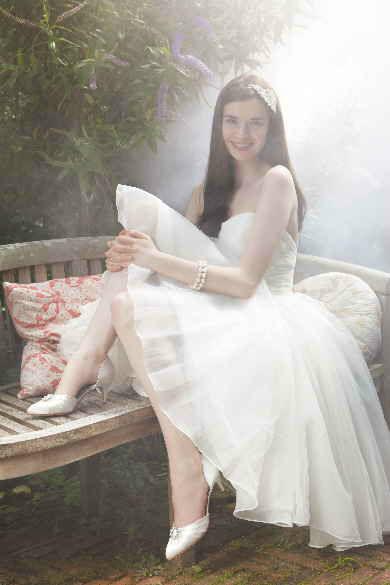 Beispiel: Braut mit eleganten Brautschuhen, Foto: Brautstudio Sposa Favola.
