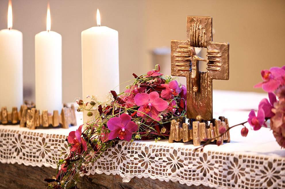 Beispiel: Blumengesteck für den Altar, Foto: Sarah Marx Eventfloristik.
