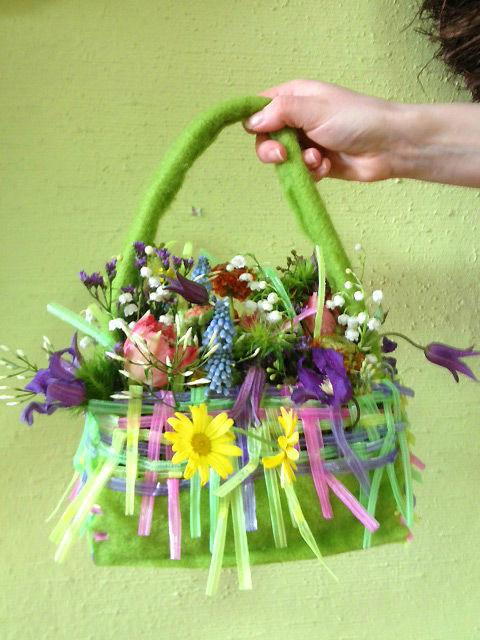 Beispiel: Brauttasche aus Blumen, Foto: Wilheine Blumenbindekunst.