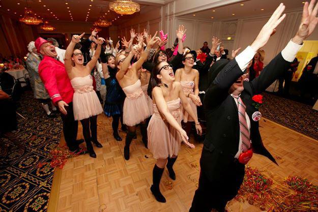 Beispiel: Tanzende Hochzeitsgesellschaft, Foto: The Wedding Crashers.