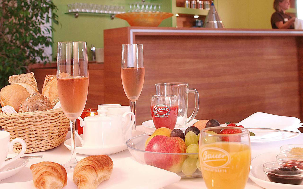 Beispiel: Sektfrühstück, Foto: Hotel am See Sommerfeld.