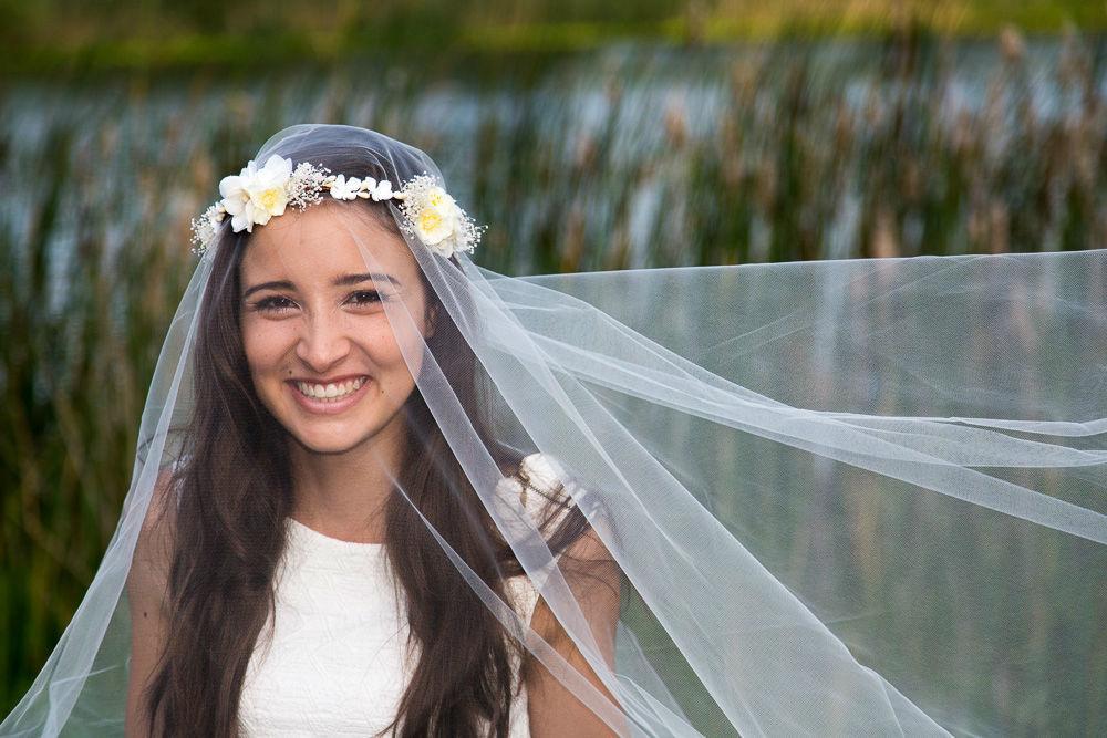 Couronne de mariée fleurie ivoire avec des hortensias, du gypsophile et des fleurs de cerisier. Fait main