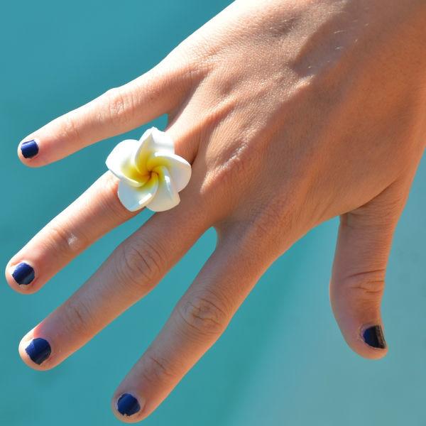Bagues réglables ornées d'une fleur de frangipanier de 3 cm. Nombreux coloris disponibles.