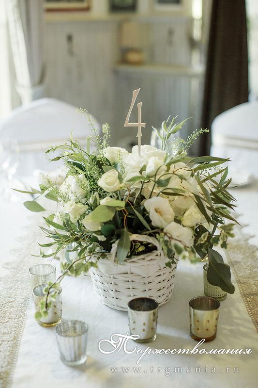 Цветы на столы гостей в белых корзинках