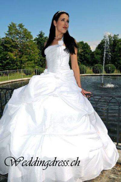 Beispiel: Elegante Brautmode, Foto: Weddingdress.ch.