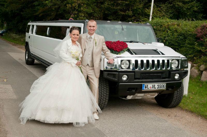 Ein Beispiel für ein glückliches Paar vor dem weißen Hummer H2.