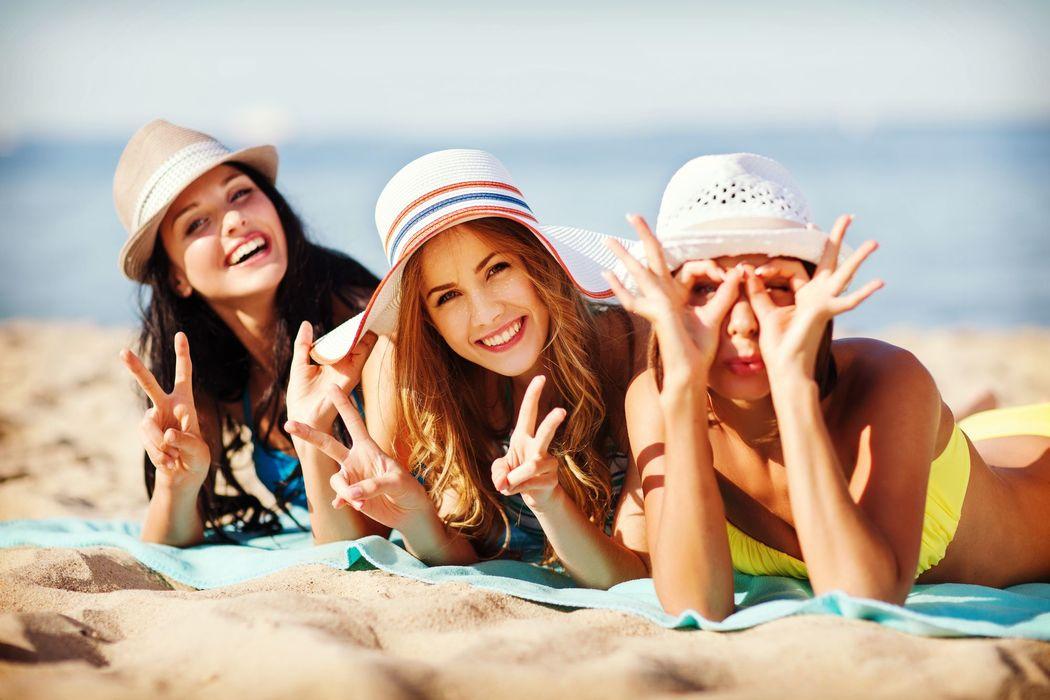 Madrina y amigas disfrutando de la playa