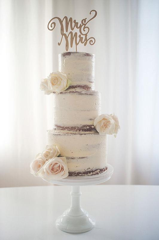 Wedding Cake Naked mit frischen Rosen und Cake Topper Gold | Foto: Die Zuckerbäckerin
