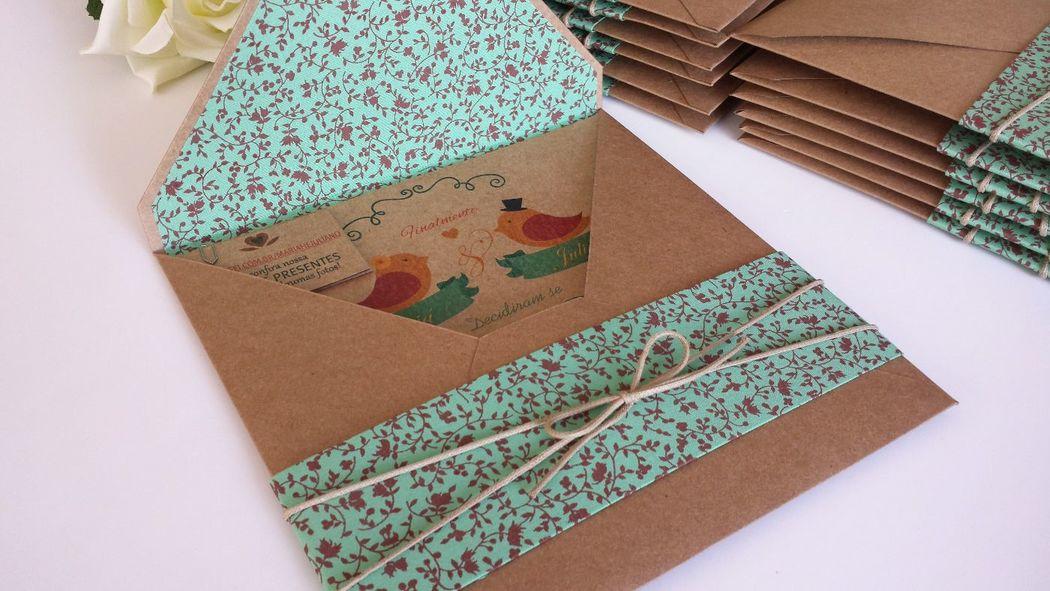 convite com envelope em papel kraft e revestimento em tecido interno