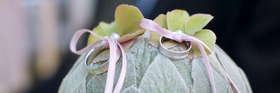 Beispiel: Floral gestaltetes Ringkissen, Foto: Blumen Malecek.