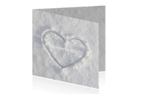 winterse trouwkaart met hart in de sneeuw