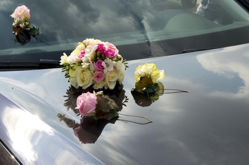 Blumenschmuck fürs Brautauto, Foto: Annette Riedl für Engel 07