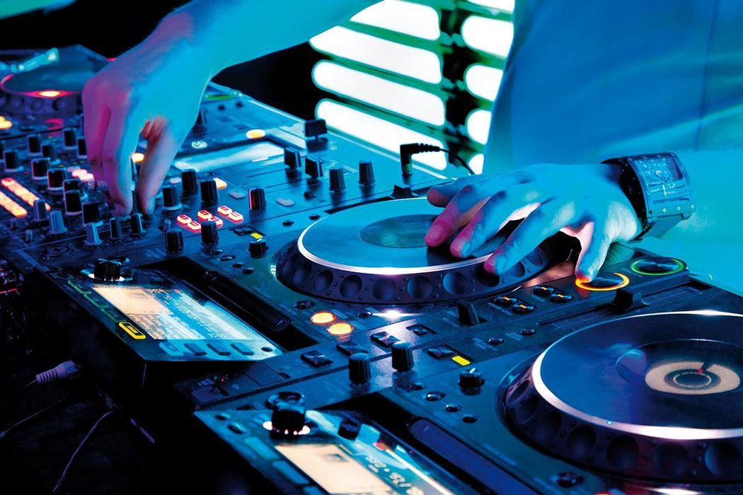 Deejay per ogni evento, anche feste di laurea, compleanni e anniversari www.dejavumusica.it