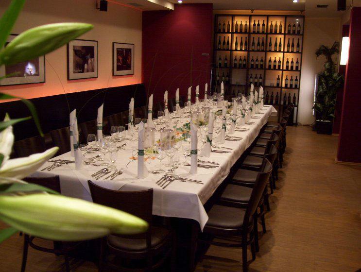 Beispiel: Restaurant - lange Tafel, Foto: Lindenthal by Schneiders.