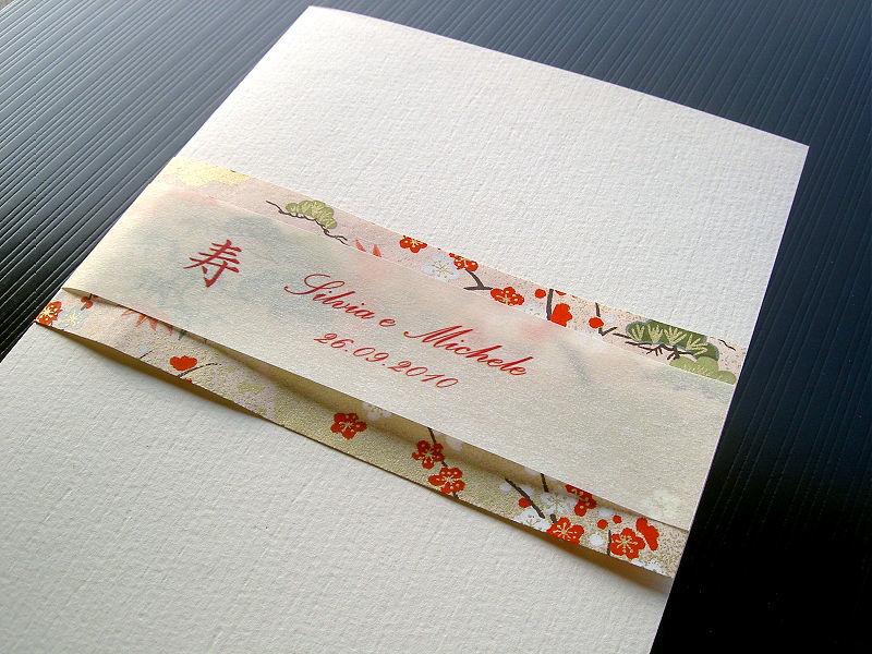 COPERTINA PER I LIBRETTI MESSA.  PER LA VOSTRA CERIMONIA RELIGIOSA: SEGUITE LA MESSA E  SERBATE UN RICORDO INDELEBILE DEL GIORNO FATIDICO! Copertina per l'inserimento delle vostre stampe, realizzata a mano in elegante cartoncino pregiato di tipo a vostra scelta, in formato A5+, al quale è applicata una banda mobile orizzontale di carta washi sovrastata da un'altra banda di carta pregiata (pergamena o carta vergata, a seconda della base scelta) sulla quale è riportata la stampa da voi desiderata. Potete scegliere liberamente sia la carta washi che il cartoncino utilizzati per il libretto o utilizzare la stessa trama delle vostre partecipazioni.  Nota 1: la tariffa non comprende la stampa dei libretti interni per la cerimonia.  Nota 2: per questo articolo non è previsto invio di campionature.  Idea: E' utilizzabile anche come menu per ristorante su vostra gentile richiesta!
