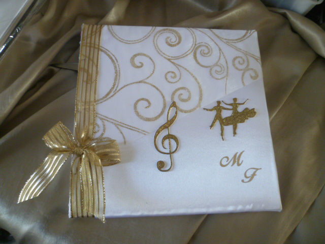 Livre d'or satin blanc et or, thème MUSIQUE, stylo, coussin et urne assortis sur demande