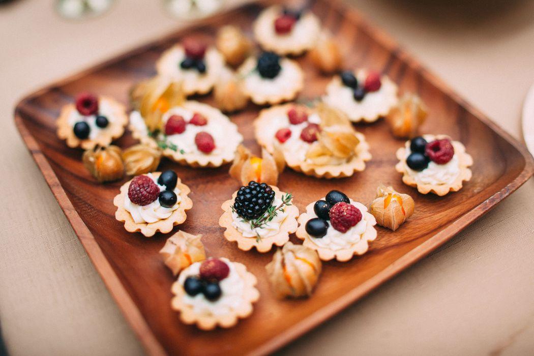 Песочные корзиночки с нежным кремом и свежими ягодами - встречают гостей на свадьбе :)