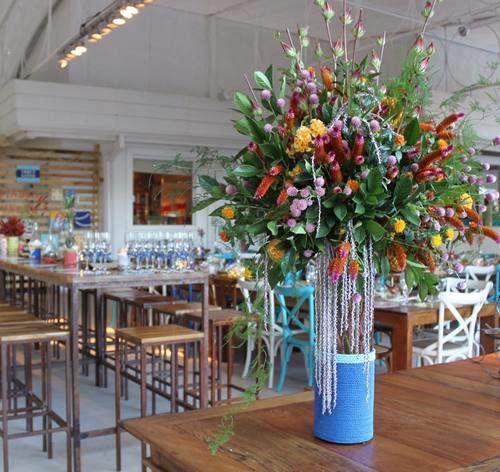 Arranjo floral maravilhoso com suporte de vidro e corda