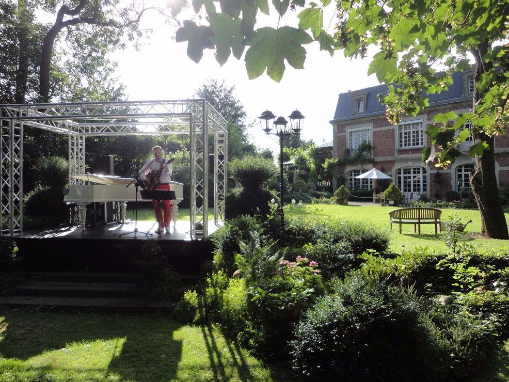 Manoir Le Louis XXI...podium pour piano à queue blanc dans parc anglais...