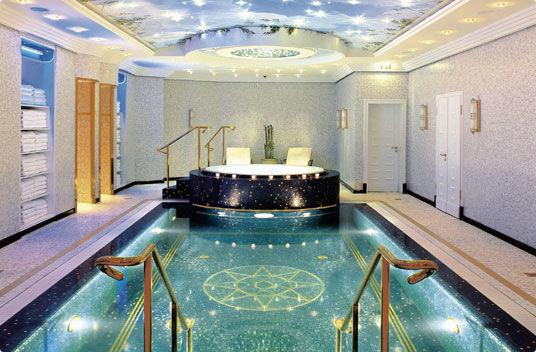 Beispiel: Innenpool mit Jacuzzi, Foto: The Ritz-Carlton, Berlin