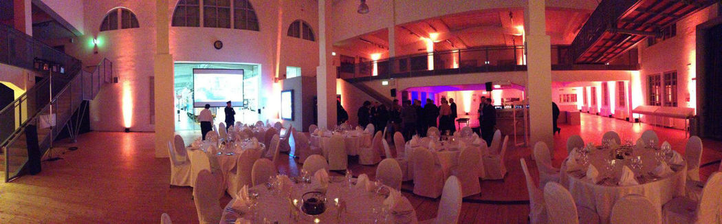 Beispiel: Hochzeitssaal mit Lichtambiente, Foto: MS-Catering.