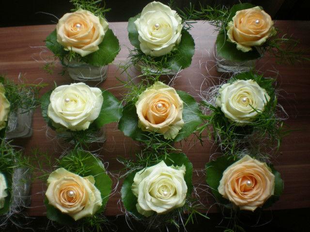 Beispiel: Hochzeitsgestecke in orange und weiß, Foto: Blumenstudio Marzahn.