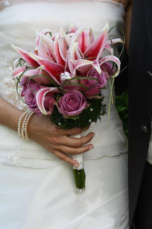 Peppig und frisch...Lilien und Rosen in pink.