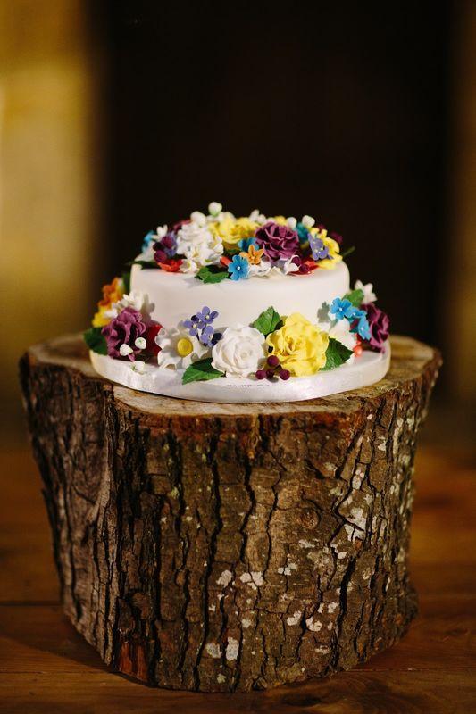 Bolo decorado com flores em pasta de açúcar.