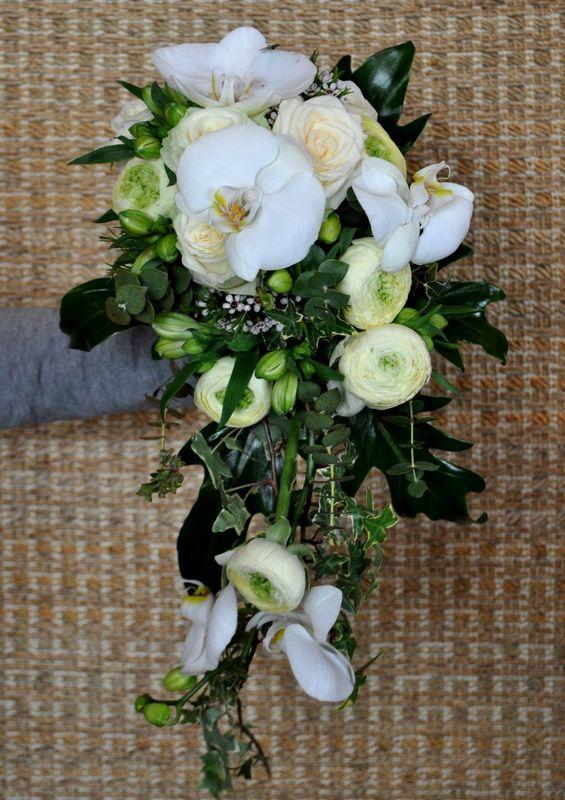 Ramo de novia en cascada con orquideas, fresias, rosas y ranunculos.