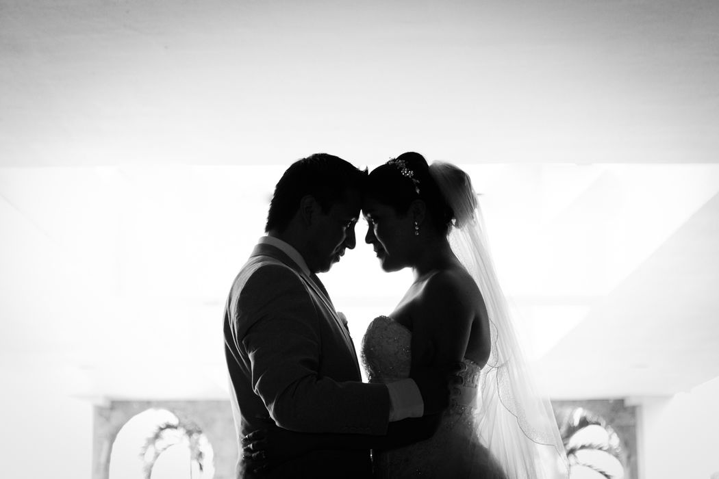 Fotógrafo profesional de bodas en Playa en Nuevo Vallarta . Foto artística blanco y negra.
