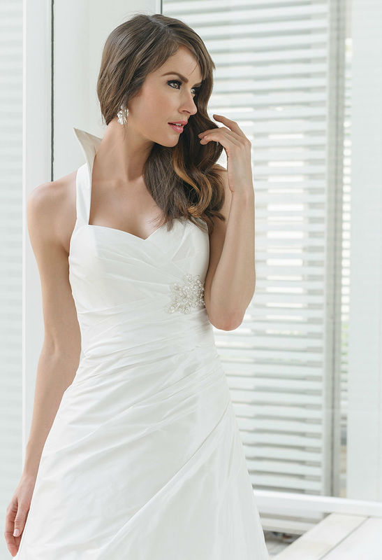 Beispiel: Brautkleid mit Stehkragen, Foto: Boutique Berner.