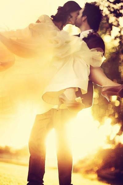 Beispiel: Hochzeitsmode, Foto: Amormoda.de.
