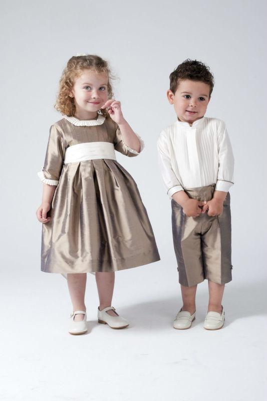 Vestido y traje de niño en seda salvaje. Combinando seda color cruda con seda color tabaco