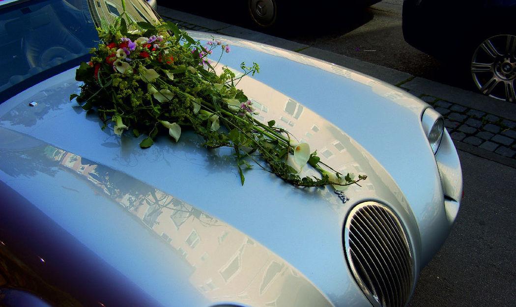 Beispiel: Autoschmuck, Foto: Blumen Komander.