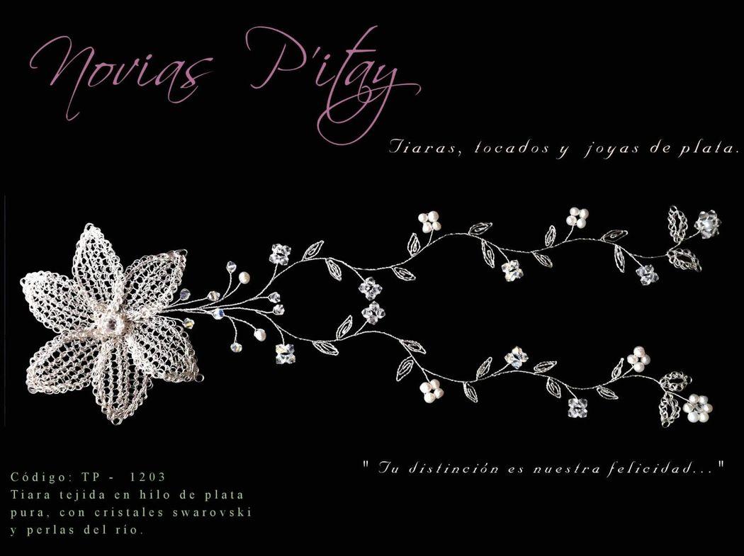 Tiara Flor de encanto.  Materiales: hilo de plata y cristales swarovsky.