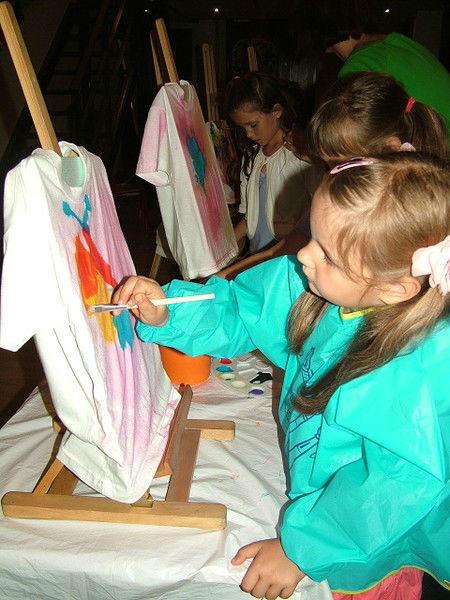 Dziewczynka maluje obraz