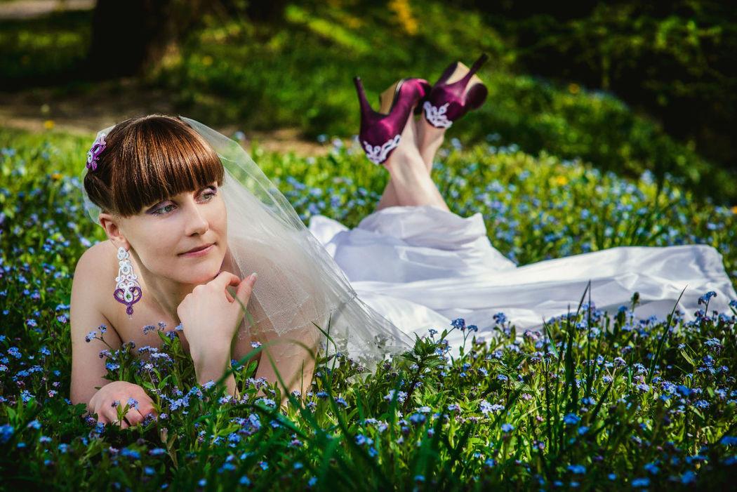 Małgorzata Sowa - PiLLow Design, Biżuteria ślubna sutasz. Komplet ślubny z fioletowymi akcentami; ażurowe, dwustronne kolczyki, grzebień do włosów oraz ozdoba na buty. fot. Adam Szachtsznajder