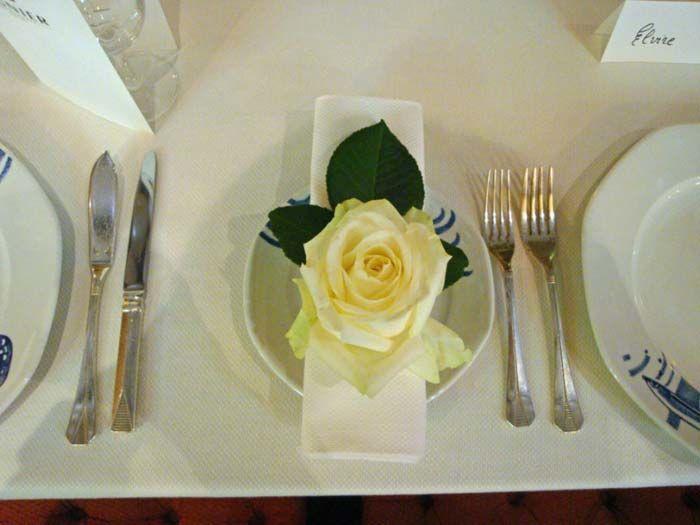 Fleurs, Fruits, Feuillages Magnifique rose blanche qui repose sur chaque serviette des invités  www.fleurs-fruits-feuillages.fr