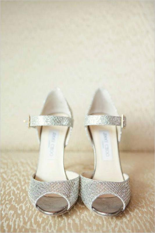 Beispiel: Silberne Brautschuhe, Foto: Brautatelier Tara.