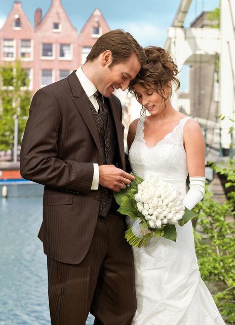 Beispiel: Hochzeitsanzüge, Foto: Brautmoden Isabel Bräutigam.